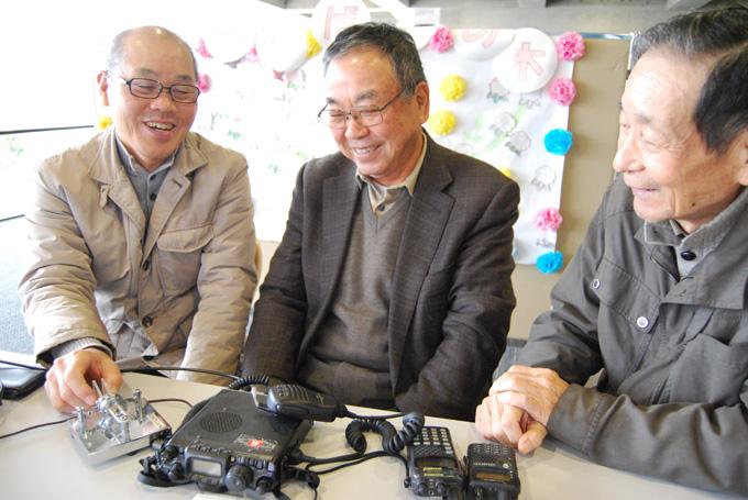 趣味をいかした社会貢献をと意気込む山上会長(中)と清水さん(右)、佐々木功さん(左)